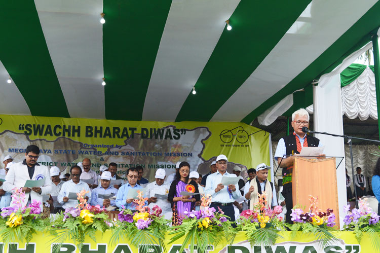 PHE Minister, Dr. Celestine Lyngdoh administering the pledge during the State level programme on Swachh Bharat Diwas held at Mini Stadium, Pahamsyiem, Nongpoh on 02-10-2017