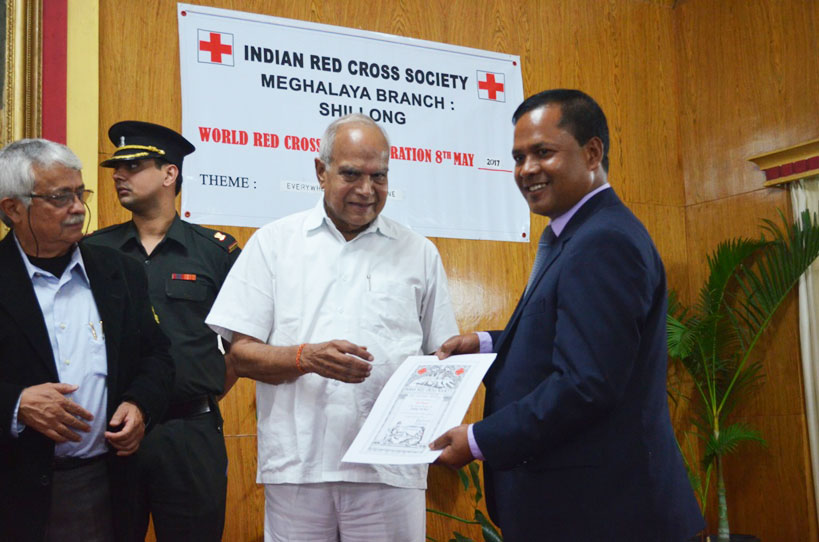 Meghalaya Governor, Shri Banwarilal Purohit handing over life membership certificates during the World Red Cross Day celebration