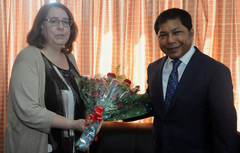 Consul General of USA, American Consulate, Kolkata, Ms. Helen LaFave being felicitated while calling  on Meghalaya, CM, Dr. Mukul Sangma