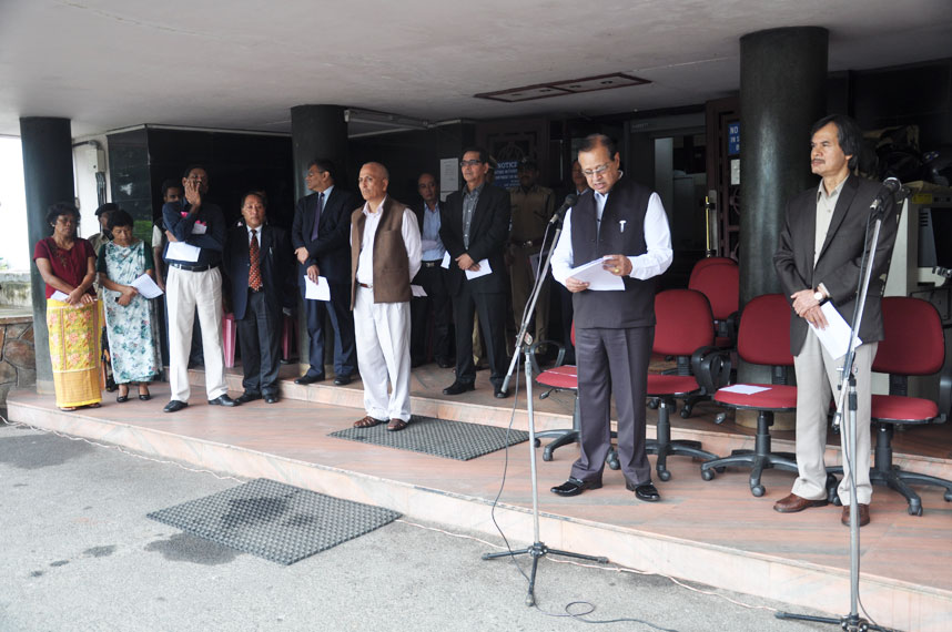 Deputy Chief Minister Prof. R.C Laloo administering the pledge on account of Sadbhavana Diwas