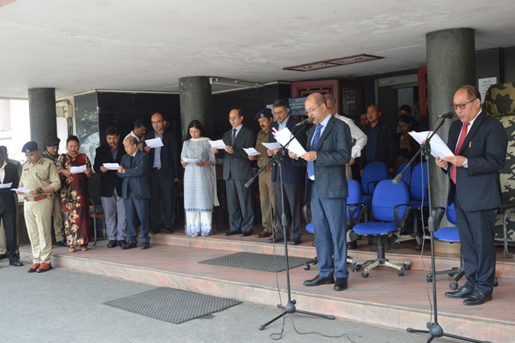Meghalaya Tourism Minister, Shri Metbah Lyngdoh administering the Pledge to mark the observance of Anti-Terrorism Day