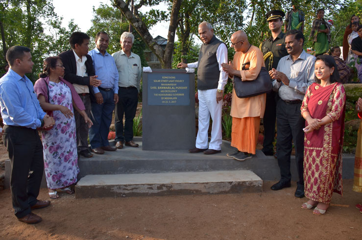 Meghalaya Governor Shri Banwarilal Purohit unveiled the plaque to mark the inauguration of Solar Street Lights Project at Kongthong village