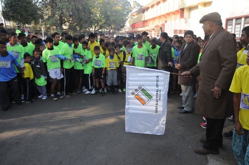 The Chief Electoral Officer, Mr. P K Naik flags off the Run for Democracy 2015 on the occasion of National Voters Day